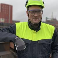 Andreas Johansson, project manager affärsområde smältverk Rönnskärsverken Skelleftehamn. I bakgrunden syns E-kaldoverket.