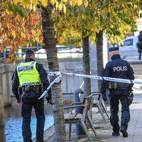 Poliser vid avspärrningarna i Hammarby sjöstad.