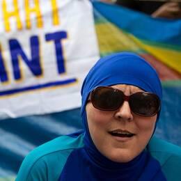 Brittisk protest mot det franska burkiniförbudet utanför Frankrikes ambassad i London.