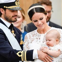 Prins Carl Philip, prinsessan Sofia och prins Alexander lämnar kyrkan efter prins Alexanders dop i Drottningholms slottskyrka.