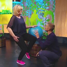 Sjukgymnasten Per Jonsson visar en övning som hjälper mot smärta i främre knät.