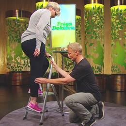 Sjukgymnasten Per Jonsson visar en övning för onda hälsenor.