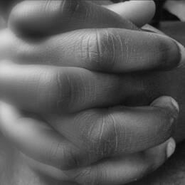 skugga av skalpell, knäppta händer
