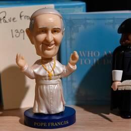 En docka som föreställer Påven Franciskus