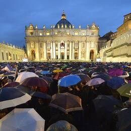 Katoliker i spänd väntan på Petersplatsen