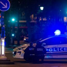 Polis tar skydd utanför Bataclan