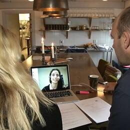 Magnus Wieselqvist och Maria Eriksson talar med Isabella Giles över datorn.