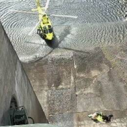 räddningshelikoptern och personal nere i dammkonstruktionen