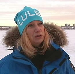 kvinna står på isen i Luleå stad