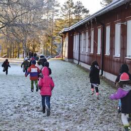 barn som som springer utanför asylboendet i trängslet