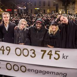 Programledarna för Musikhjälpen 2016 visar upp rekordinsamlingen