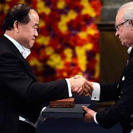 Mo Yan tar emot sitt Nobelpris i litteratur, från kung Carl XVI Gustaf.