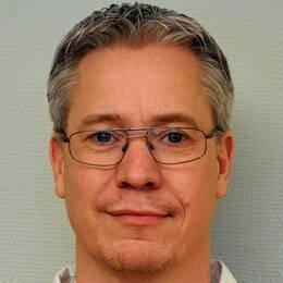Robert Skoglund, ordförande i socialnämnden i Vingåker framför en vit vägg.