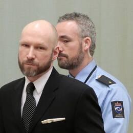 Anders Behring Breivik på väg in i gymnastiksalen på anstalten där rättegången hålls.