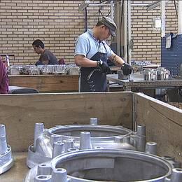 Det finns fortfarande jobb inom svensk tillverkningsindustri men arbetslösheten ökar i landet.