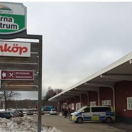 Polisbil utanför Hemköp