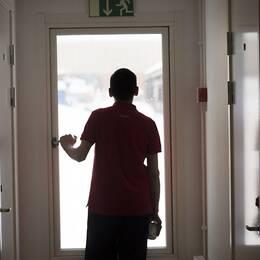 Ensam ungdom vid dörr