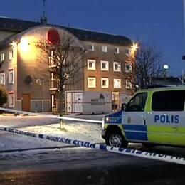En man fick allvarliga skador efter en explosion i en container utanför ett flyktingboende i Västra Frölunda, Göteborg.
