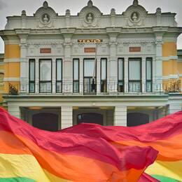 Montagebild med teatern och prideflaggor