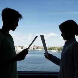 STOCKHOLM 20160607 Två grundskoleelever jämför sina betyg Foto: Jessica Gow / TT / Kod 10070