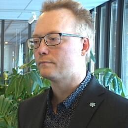 Ulf Erlandsson (SD), kommunalråd, avgår på uppmaning av partiledningen.