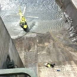 Helikopter i botten på kraftverksdamm.