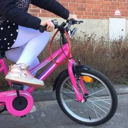 Ensamkommande flicka cyklar