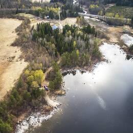 SVT Nyheter har flugit med drönare över sökområdet – en gård i ett skogsparti vid vattnet några mil från Hudiksvall.