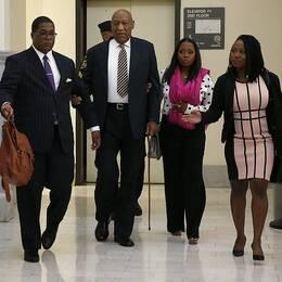 """Bill Cosby anländer till den inledande dagen på rättegången där han står anklagad för sexuella övergrepp. Han följdes av bland annat Keshia Knight Pulliam, som spelade hans dotter i """"The Cosby Show""""."""