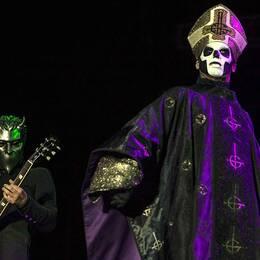 Bandet Ghosts sångare och en gitarrist.