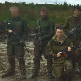 De två männen till vänster är de bombåtalade under en militärträning hos en rysk paramilitär organisation.