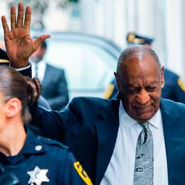 Bill Cosby vinkar till pressen efter domarens besked.