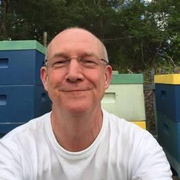 En nöjd Göran Frick framför bikupan där sävrmen nu bor