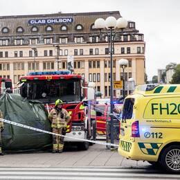 En bild från brottsplatsen. Räddningstjänst och ambulans på plats.
