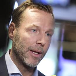Johan Dennelind intervjuas av pressen