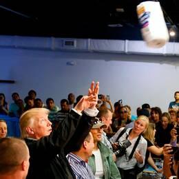 Donald Trump kastar hushållspapper till orkandrabbade.