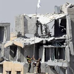Ett barn och en kvinna från Örebro är ensamma kvar i Raqqa efter att hennes man omkommit.