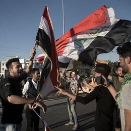 Personer med irakiska flaggor