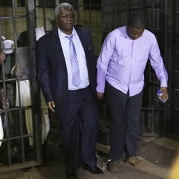 Zimbabwes fd finansminister Ignatius Chombo (mitten) och Kudzanai Chipanga (höger), tidigare ledare för Zanu-PF:s ungdomsförbund, under lördagens gripande.