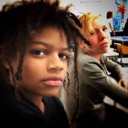 Två pojkar sitter i skolbänken