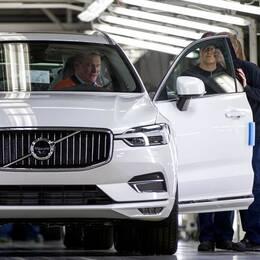 Volvo rullar ut från Torslandafabriken.