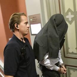 Den 39-årige huvudmannen i dataintrångshärvan förs in till rättegången i Malmö tingsrätt den 26 september 2017.