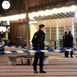Polis på Rinkeby torg.