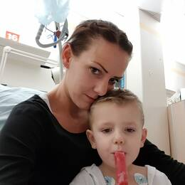 Mamma och son på sjukhuset efter en operation.