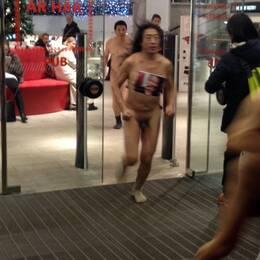 Meng Huang, Liao Yiwu, Bei Ling och Wang Juntao springer nakna utanför Konserthuset i Stockholm.