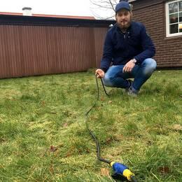 Mathias ersätts med 2000 kronor per påbörjad månad som han lånar ut sin el. Förra månaden gick hälften av ersättningen till att betala de extra kostnaderna på familjens elräkning.