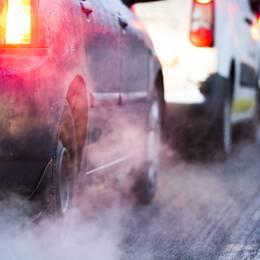 Delad bild. En på en tanklucka på en dieselbil och en från trafik där det är mycket avgaser.