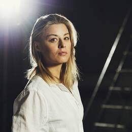 Blond kvinna i vit skjorta.