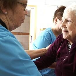 De nyutbildade undersköterskorna täcker med nöd och näppe upp för de 180 som går i pension i länet varje år