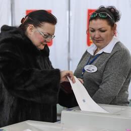 En kvinna lägger sin röst vid vallokalen i Sovkhoz Imeni Lenina, utanför Moskva.